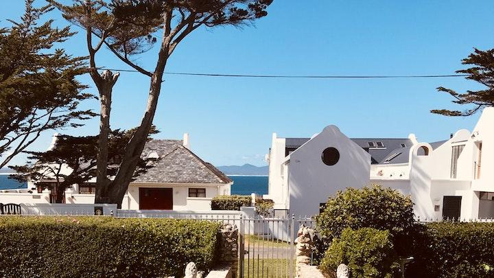 Hermanus Akkommodasie by Upmarket Seaside Cottage in Prime Location | LekkeSlaap