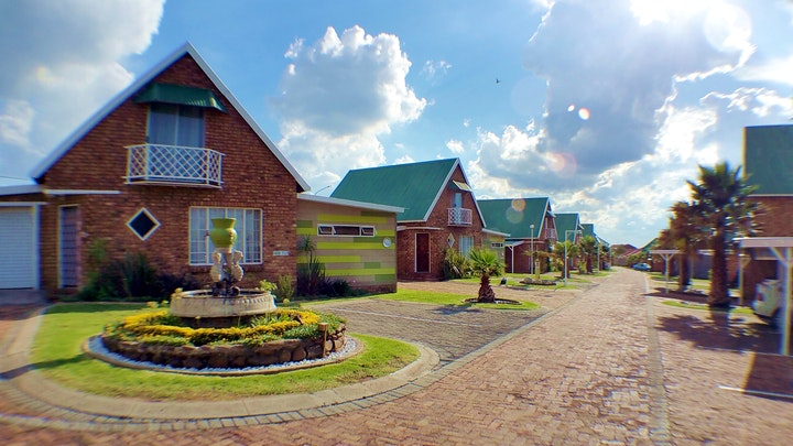 by Riverside Country Estate 14B | LekkeSlaap