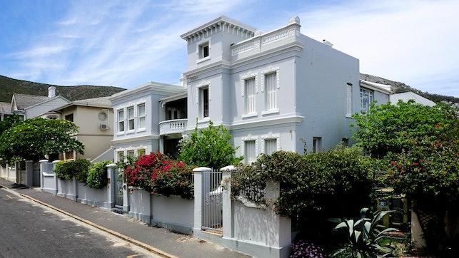 by Barry Hall Luxury Apartments | LekkeSlaap