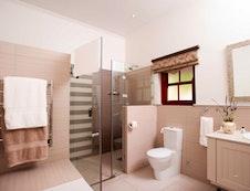 Luxury Queen Bed Bath Room