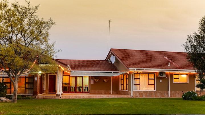 De Aar Akkommodasie by Karoo Fountain Luxury Guesthouse | LekkeSlaap