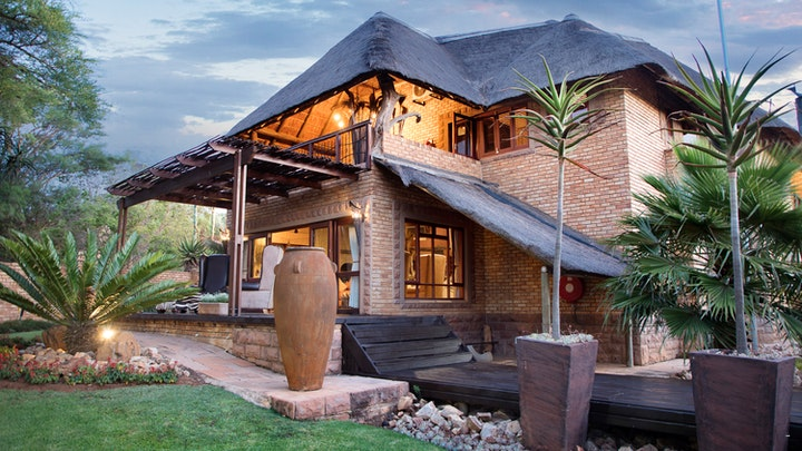 Silver Lakes Accommodation at Wings and Water Guest House | TravelGround